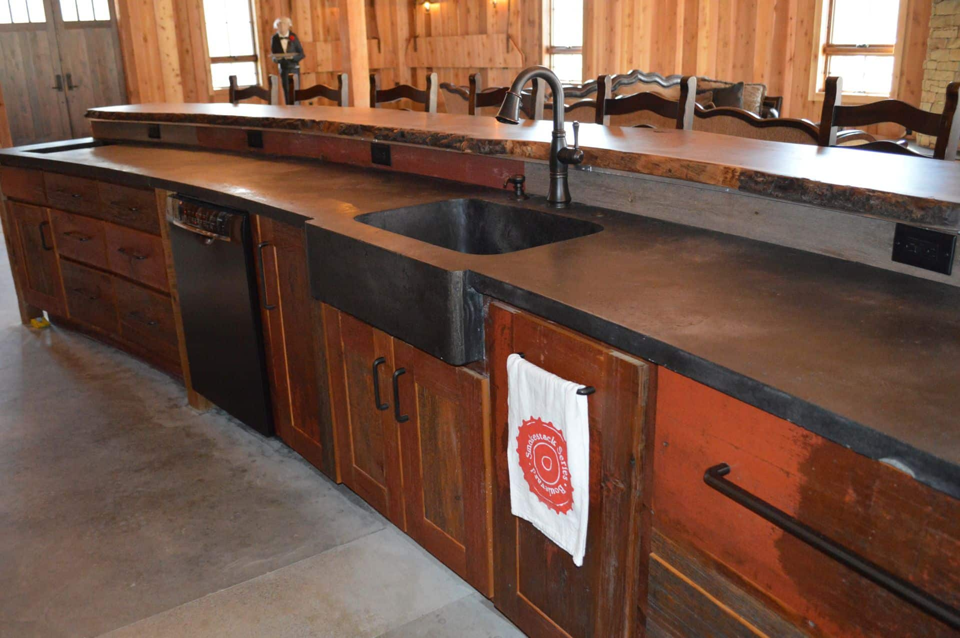 Lodge with a concrete bar, two levels, sink in the middle